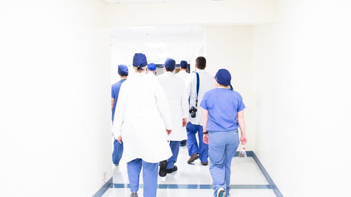 lekarze w odzieży medycznej